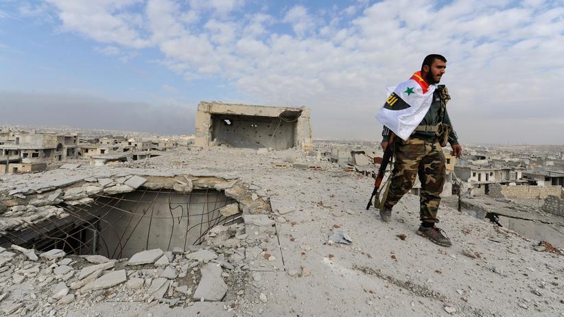 Janine di Giovanni: Ein Kämpfer der syrischen Armee auf einem Häuserdach in Aleppo