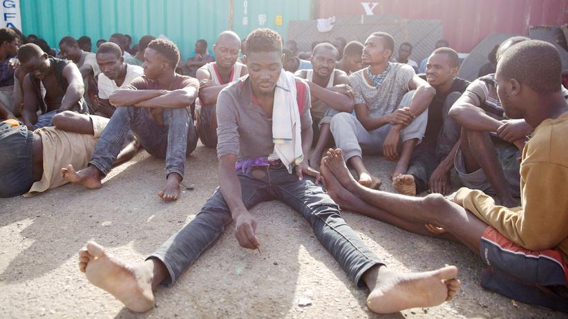 Libyen: Migranten, die auf dem Mittelmeer gerettet wurden, im Hafen von Tripoli: Sie warten darauf, in ein libysches Lager gebracht zu werden.