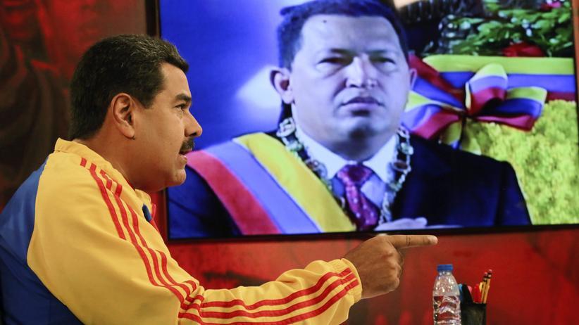 Nicolás Maduro: Noch erlaubt in Venezuela: Präsident Nicolás Maduro vor einem TV-Programm mit seinem Vorgänger Hugo Chavez