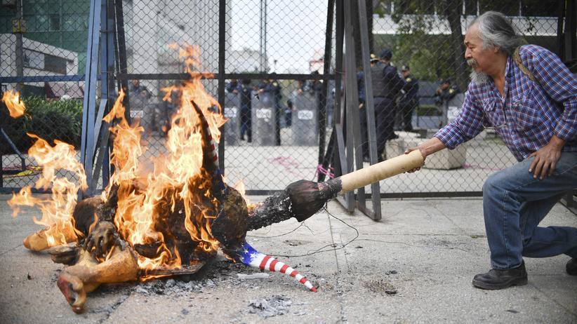 Mexiko: Vor der US-Botschaft in Mexiko-Stadt: Ein Landwirt verbrennt einen traditionellen Alebrije, der Donald Trump teuflisch ähnlich sieht.