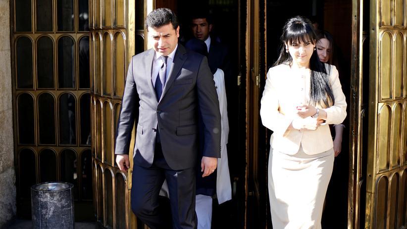 Türkei: Die beiden Ko-Vorsitzenden der HDP, Demirtaş und Yüksekdag, Mitte Mai 2016 vor dem Parlament in Ankara