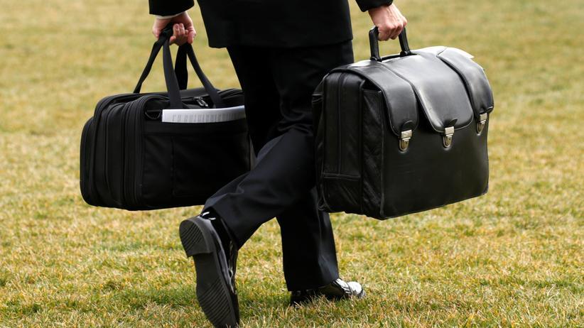 """USA: Ein Mitarbeiter der US-Armee mit dem Atomkoffer des US-Präsidenten – genannt """"Nuclear Football"""" – in der rechten Hand"""