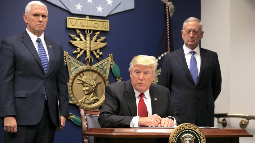 Raketentests: US-Präsident Donald Trump mit Vizepräsident Mike Pence (l.) und Verteidigungsminister James Mattis (r.)