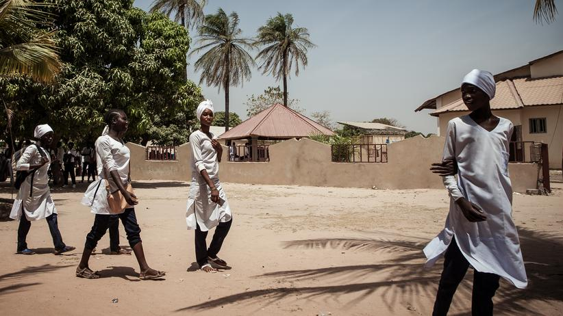 Migration: Junge Frauen an einer weiterführenden Schule in Brikama, Gambia