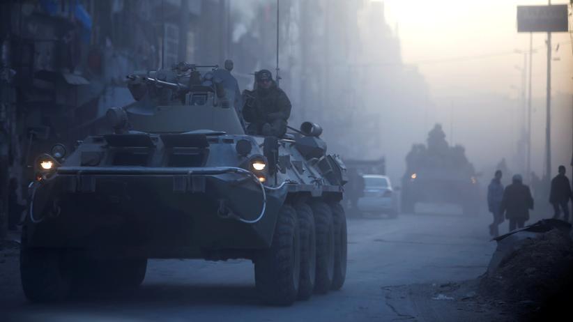 Aleppo: Russische Soldaten auf Patrouille in der von syrischen Regierungstruppen eroberten Stadt Aleppo.
