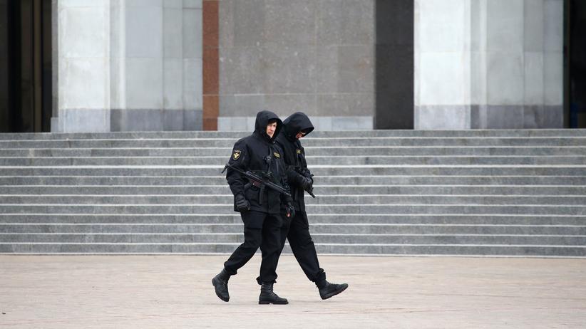 Belarus: Polizisten patrouillieren über den Oktjabrskaja-Platz in der belarussischen Hauptstadt Minsk.