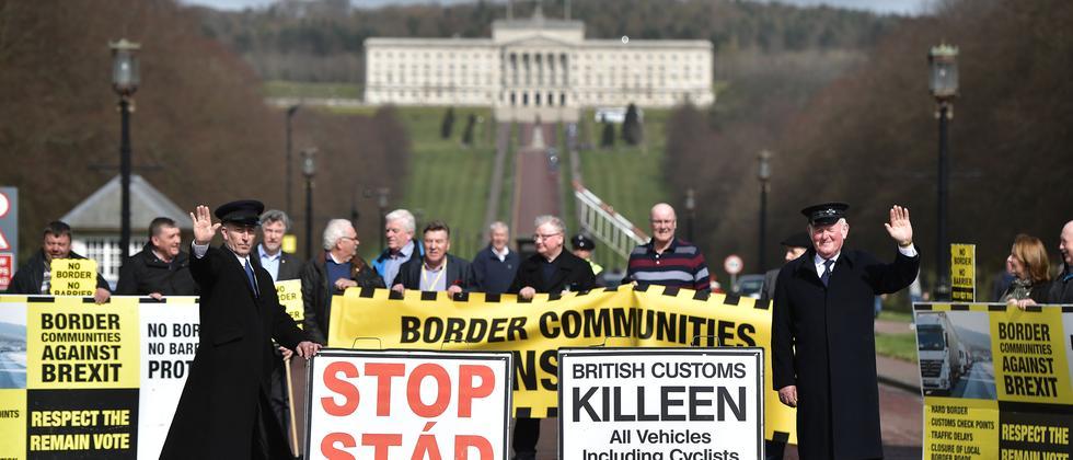 In Belfast protestieren Nordiren gegen den EU-Austritt Großbritanniens.