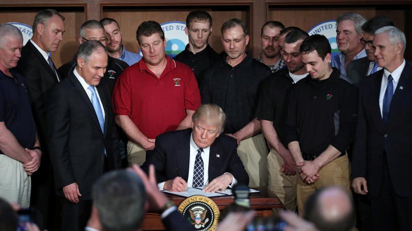 Donald Trump: US-Präsident Donald Trump unterzeichnet sein Klimadekret.