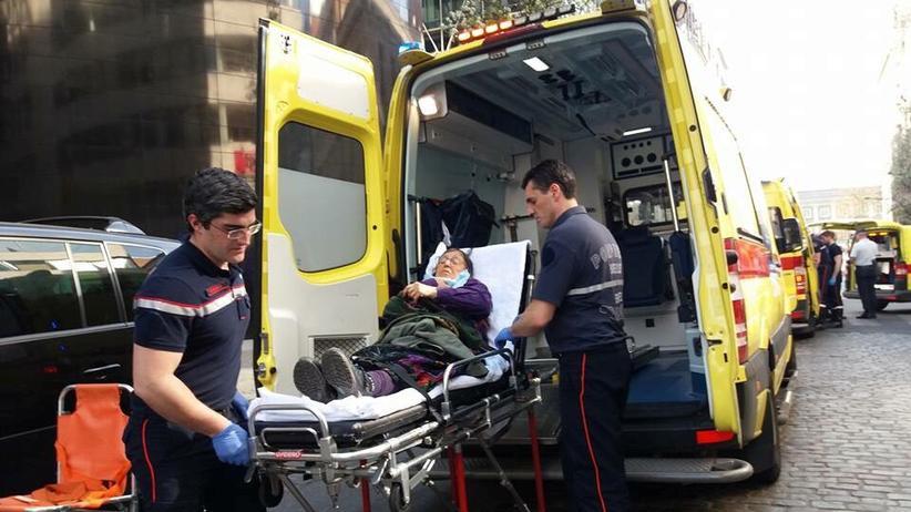 Belgien: Eine Verletzte wird nach Auseinandersetzungen vor der türkischen Botschaft in Brüssel ins Krankenhaus gebracht.