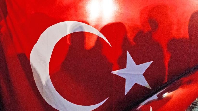 Türkei: Unterstützer von Erdoğan hinter einer türkischen Fahne bei einem Auftritt von Außenminister Mevlüt Çavuşoğlu vor dem türkischen Konsulat in Hamburg Anfang März
