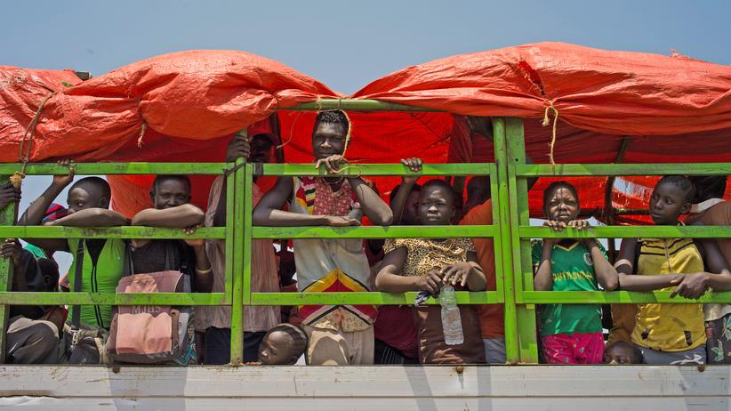 Migration: Flüchtlinge warten in Uganda darauf, zu einem Platz gebracht zu werden, wo sie ein Lager aufschlagen können. Seit im Nachbarland Südsudan ein Bürgerkrieg ausbrach, haben den UN zufolge mehr als 1,5 Millionen Menschen in Uganda Zuflucht gesucht.