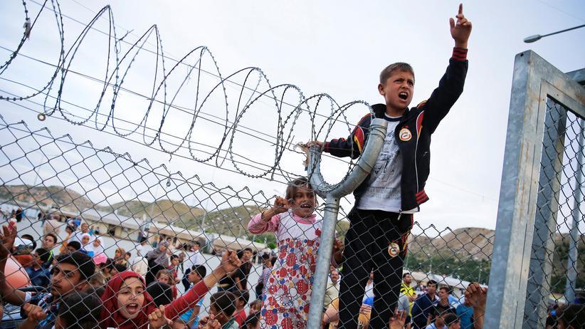 EU-Türkei-Abkommen: Am 23. April 2016 besuchten Bundeskanzlerin Angela Merkel, der türkische Premier Ahmet Davutoglu, EU-Ratspräsident Donald Tusk und der Vizepräsident der EU-Kommission Frans Timmermans das türkische Flüchtlingscamp Nizip in der Nähe von Gaziantep. Das Bild zeigt Jugendliche, die versuchen, die Aufmerksamkeit der Politiker auf sich zu ziehen.