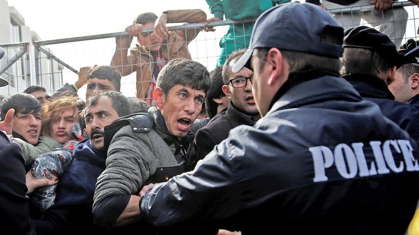Europäische Union: Ein Afghane gerät bei einem Protest am Athener Flughafen mit einem griechischen Polizisten aneinander.