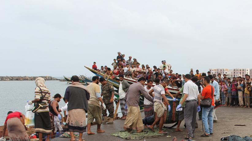 Jemen: Helfer und Anwohner bergen Opfer des Flüchtlingsboots, das von einem Kampfhubschrauber attackiert worden sein soll.
