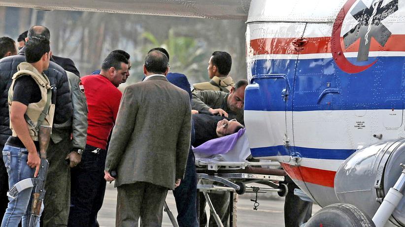Ägypten: Der frühere ägyptische Präsident Hosni Mubarak wird auf einer Krankenliege zum Gericht in Kairo transportiert.