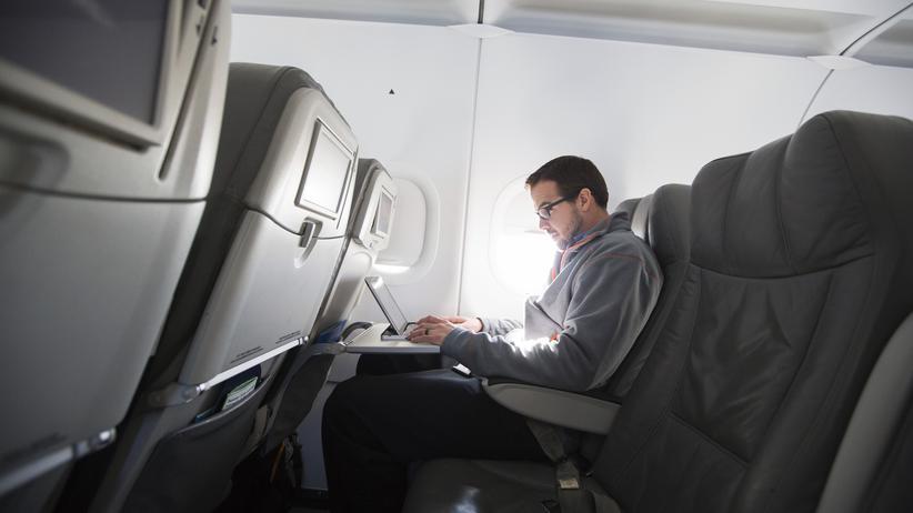 Luftverkehr: Ein Mann in einem Flugzeug mit seinem Laptop