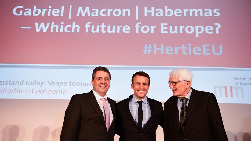 Emmanuel Macron in Berlin: Der Außenminister und SPD-Vorsitzende Sigmar Gabriel, der französische Präsidentschaftskandidat Emmanuel Macron und der deutsche Philosoph Jürgen Habermas (v.l.n.r.) vor ihrer Diskussion in der Berliner Hertie School of Governance