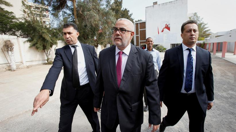 Marokkos Regierungschef Abdelilah Benkirane (Mitte) im Oktober 2016 vor einem Wahllokal in Rabat