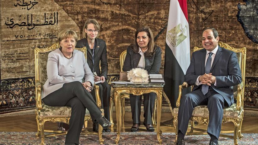 Kairo: Der ägyptische Präsident Abdel Fattah al-Sissi (R) hat Bundeskanzlerin Angela Merkel in Kairo empfangen.
