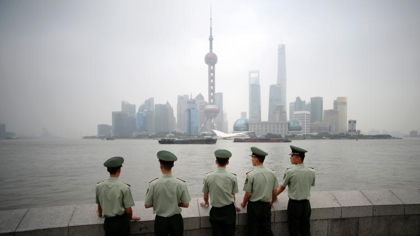 China: Polizisten vor der Skyline der Industriestadt Shanghai