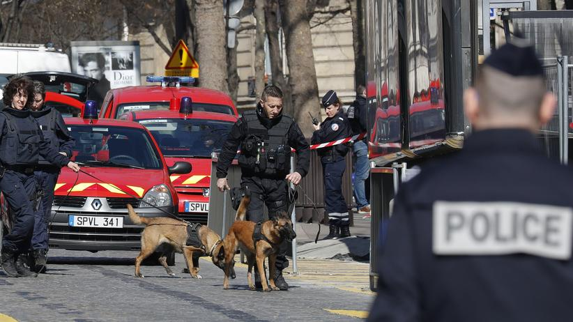 Paris: Polizisten sichern nach der Briefbombenexplosion am 16. März das IWF-Gebäude in Paris ab.