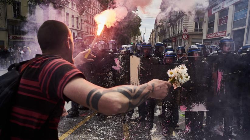 Front National: Auseinandersetzung von Polizisten und jungen Demonstranten in Paris im Mai 2016