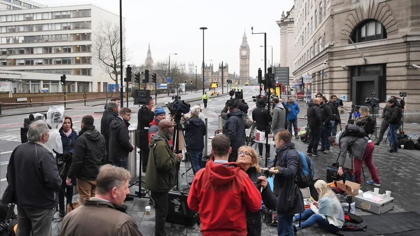 Journalisten sammeln sich vor dem Parlament in London, um ihre Arbeit zu machen