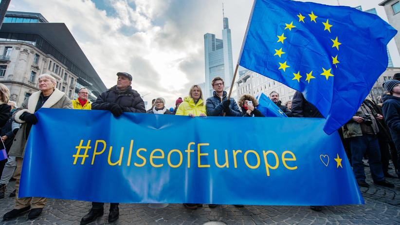 Der Pulse of Europe auf dem Goetheplatz in Frankfurt am Main.