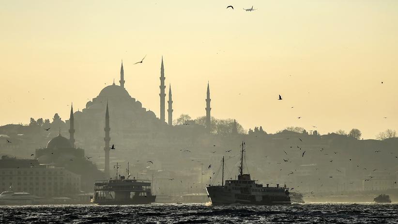Europäische Union: Fähren überqueren den Bosporus in Istanbul.