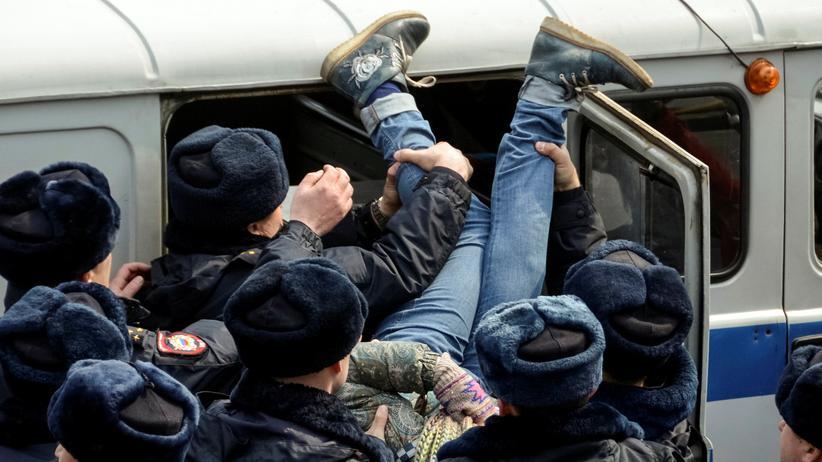 Russland: Das Weiße Haus hat Russland zur Freilassung am Wochenende festgenommener friedlicher Demonstranten aufgefordert.