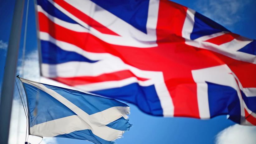 Großbritannien: Für viele Schotten passt dies nicht mehr zusammen: Eine britische und schottische Flagge wehen über dem Rathaus in Glen Coe