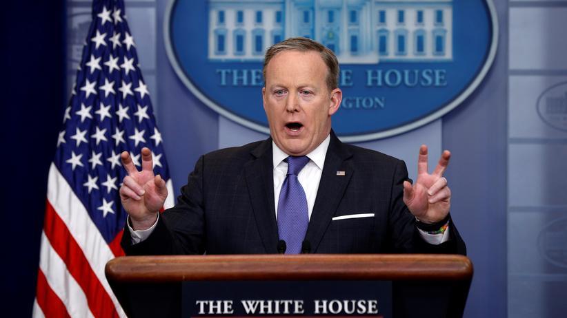 """USA: Die Argumentationskette von Regierungssprecher Sean Spicer: Der Präsident habe zwar den Begriff """"Wiretapping"""" geschrieben, aber Anführungszeichen verwendet."""