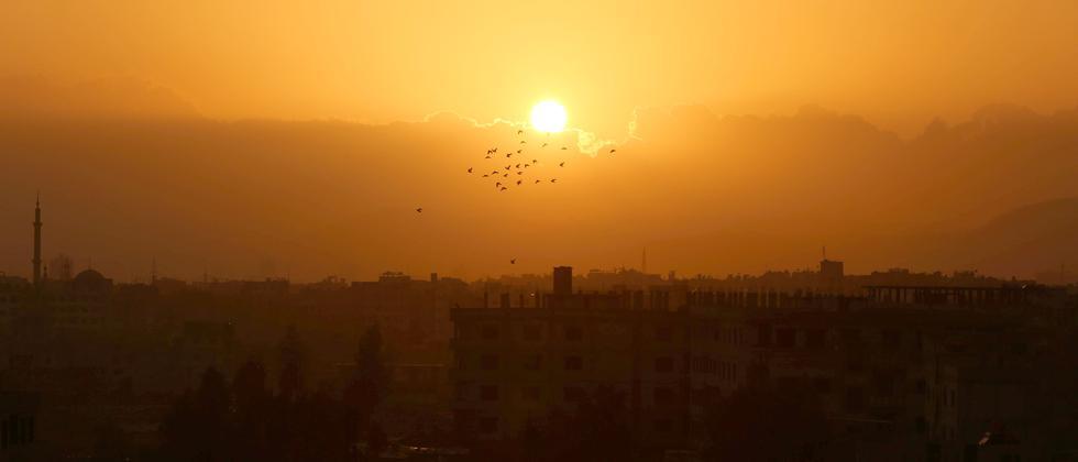 Sonnenuntergang über der syrischen Stadt Saqba