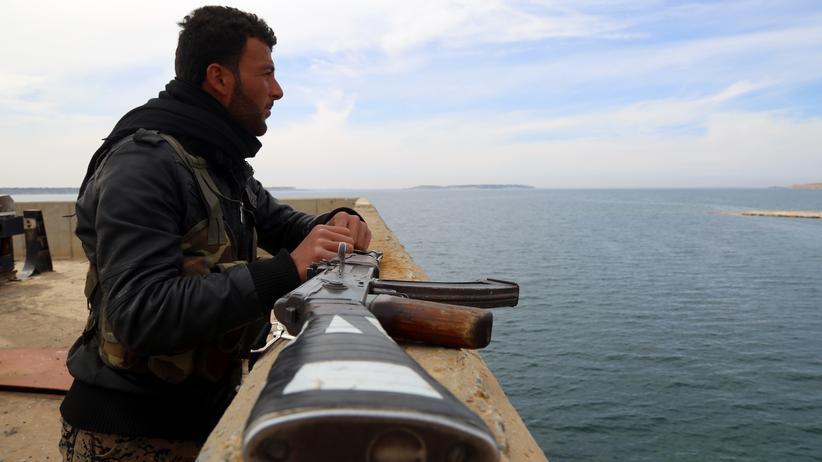 Syrien: Kurdischer Kämpfer am Euphrat-Damm nahe der syrischen Stadt Tabka