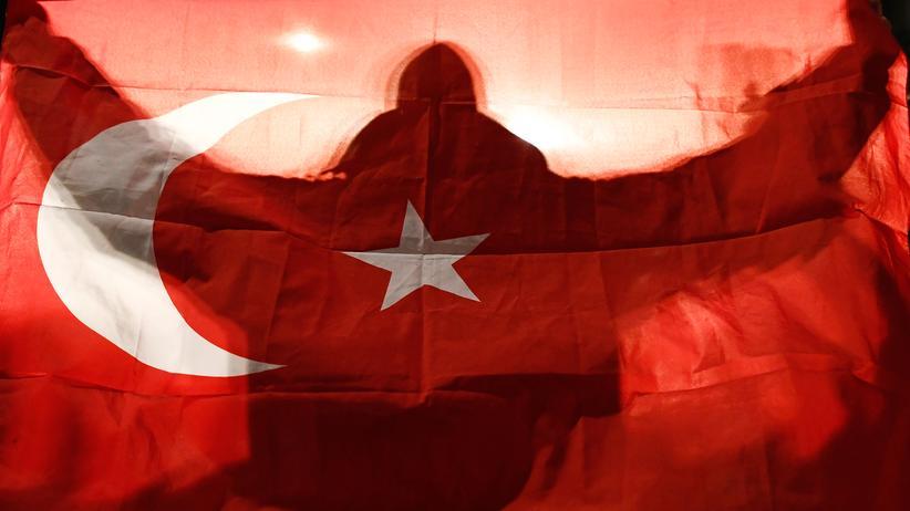 Niederlande: Ein Demonstrant in Rotterdam hält die türkische Flagge hoch.