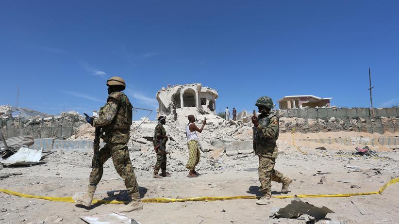 USA: Ugandische Soldaten der African Union Mission in Somalia (Amisom) sichern den Tatort nach einem islamistischen Anschlag auf einen Checkpoint bei Mogadischu.