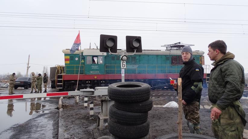 Ukrainische Aktivisten, die an der Frontlinie zum Separatistengebiet die Straße blockieren