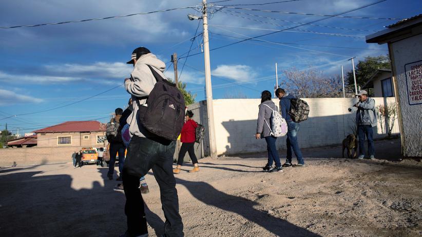 Migration: Zurück in der alten Heimat: Rückkehrer aus den USA überqueren in Nogales die Grenze nach Mexiko