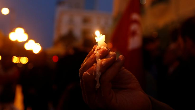 Ägypten: Ein Trauernder hält eine Kerze nach den zwei Anschlägen auf koptische Christen am 9. April.