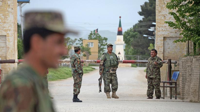 Afghanistan: Afghanische Soldaten vor dem Hauptquartier der Armee in der Provinz Balch