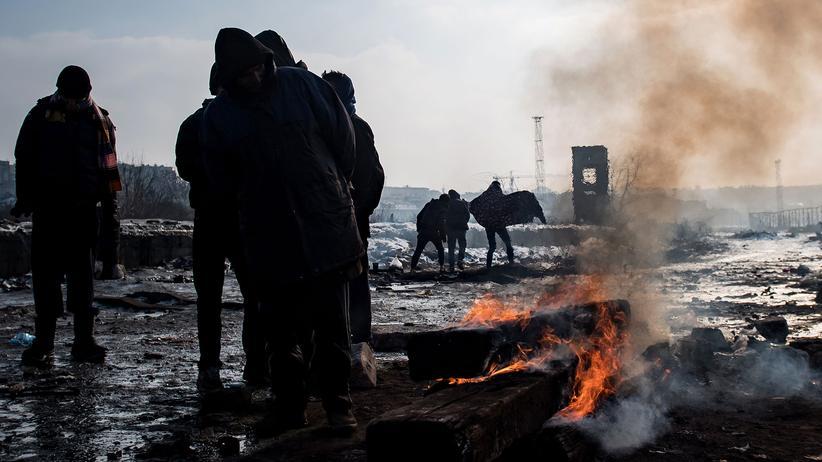 Balkanroute: Flüchtlinge wärmen sich an einem Feuer in der Nähe der serbischen Hauptstadt Belgrad.