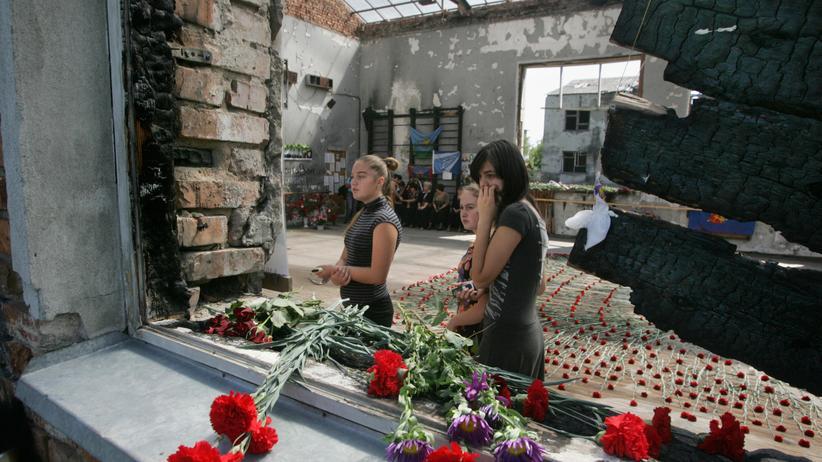 Geiselnahme von Beslan: Trauernde am Tatort von Beslan