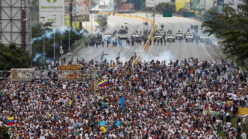 Venezuela: Demonstranten und Polizisten stehen sich in Caracas gegenüber.