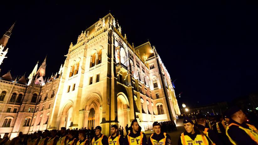 Ungarn: Polizisten am Parlament in Budapest, der ungarischen Hauptstadt