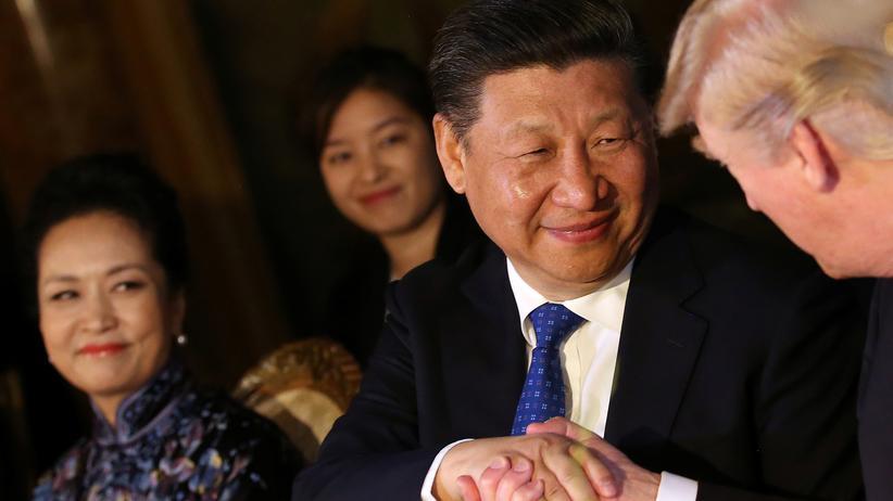 Donald Trump: Der Handschlag zwischen Chinas Präsident Xi Jinping und US-Präsident Donald Trump in Mar-a-Lago
