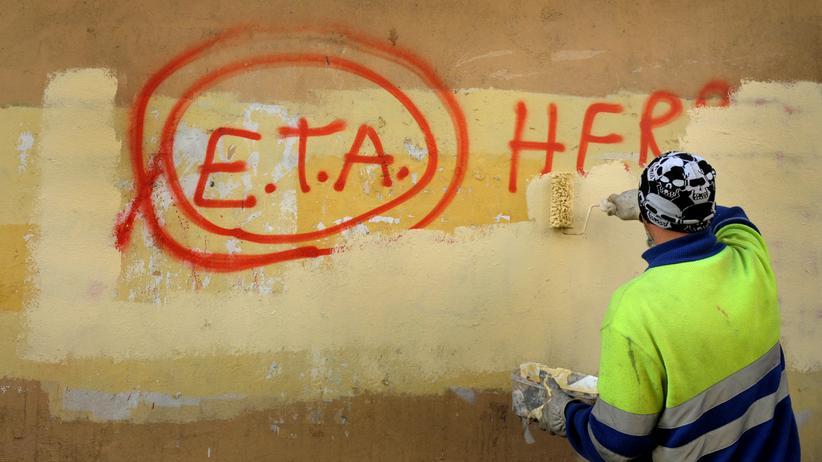 """Spanien: In der baskischen Stadt Gernika überstreicht ein Arbeiter im April 2017 ein Graffiti mit der Aufschrift """"ETA, die Menschen sind mit dir""""."""