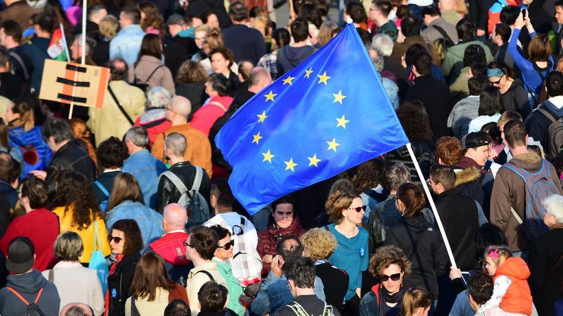 Osteuropa: Ein Demonstrant schwenkt eine EU-Fahne bei einer Demonstration in Budapest.
