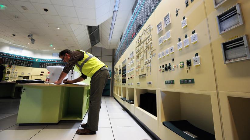 AKW Fessenheim: Ein Angestellter des Unternehmens EDF in einem Kontrollraum des AKW Fessenheim