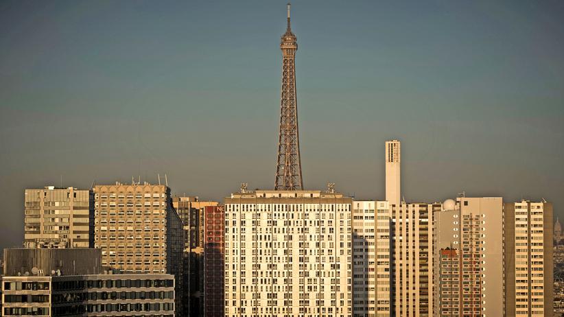 Demokratie: Blick auf Paris mit dem Eiffelturm und Wohnblocks des Viertels Grenelle
