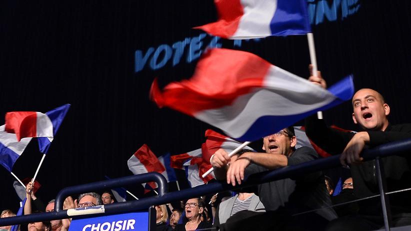 Frankreich: Anhänger von Marine Le Pen feiern ihre Präsidentschaftskandidaten mit französischen Fahnen in Nizza.